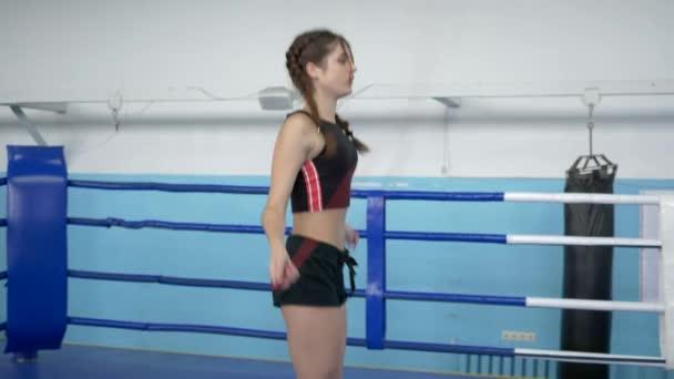 fitness dívka dělá kardio cvičení se švihadlem na kroužku ve sportovním areálu
