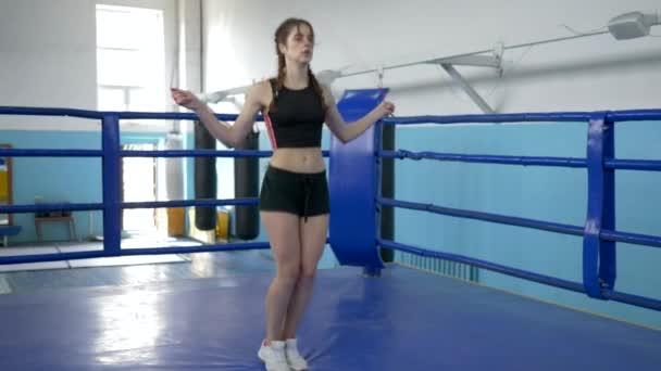 sport nő végez kardio képzés ugrókötél gyűrű a sport stúdió