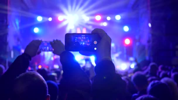 tömeg fiatal szerkentyű a kezében rock koncert reflektorfényben
