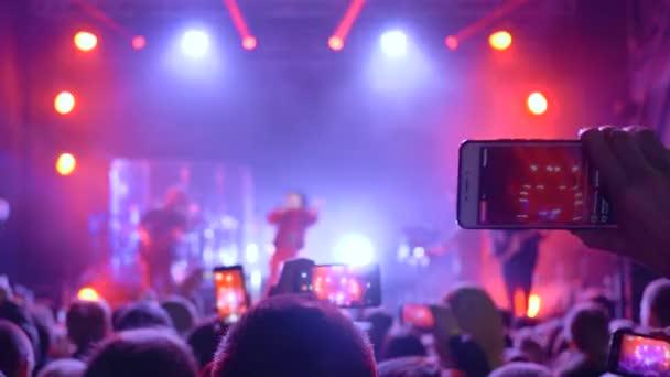 rock fesztivál, sok ember kütyü a kezében, hogy videofelvétel koncert