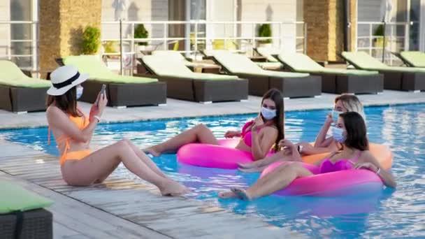 óvintézkedések, fiatal női turista fürdőruhában és orvosi maszk, hogy megvédje a vírustól és a fertőzéstől élvezze luxus üdülőhely nyaralás élvezet medencében úszókör