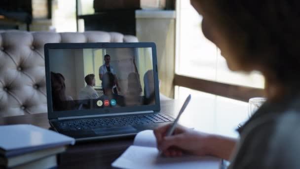 moderne Bildung, Arbeiterin nimmt an einer Remote-Videokonferenz teil, während sie an Tischen im Restaurant sitzt