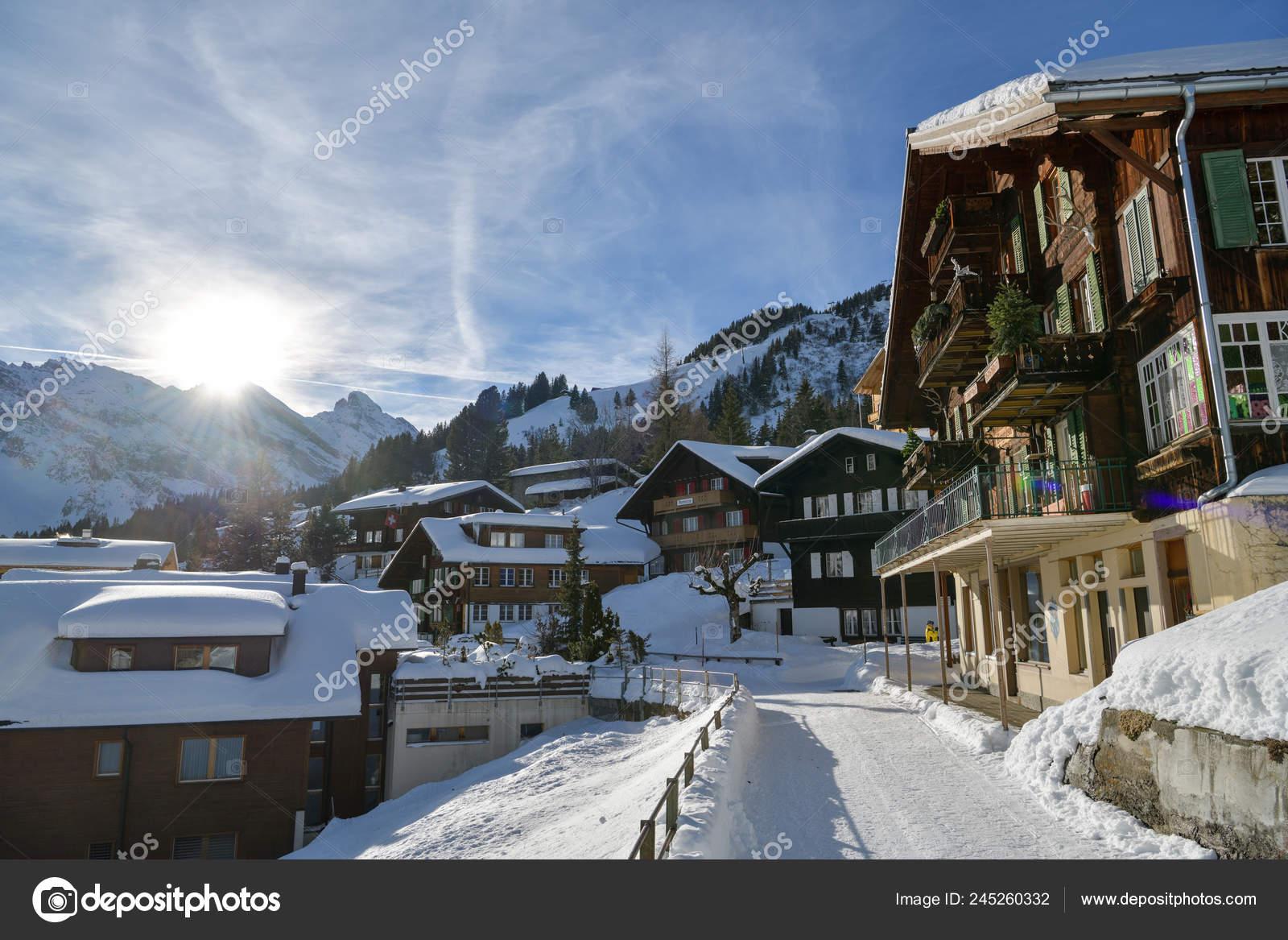 93772478 Murren, Suiza: 16 de enero de 2019: ambiente de invierno en el hermoso  pueblo de Murren en Alpes suizos durante el invierno 2019 — Foto de bacil82