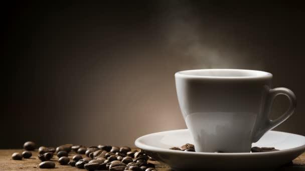 Animovaný opakování obrazu, dušené horký šálek kávy se kávová zrna na dřevěný stůl.