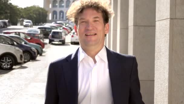 Real estate agent meeting-ügyfél a utcai mosolygó adó kéz Vértes