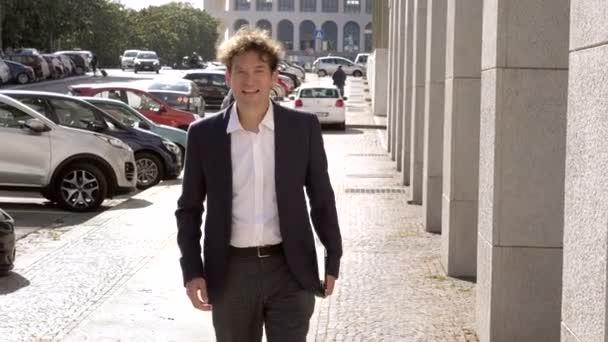 Real Estate Agent live Meeting-Client auf Straße lächelnd gebende hand