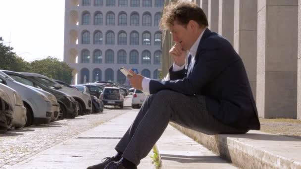 Obchodní muž práci s tabletem na ulici ve městě průměrný střelec