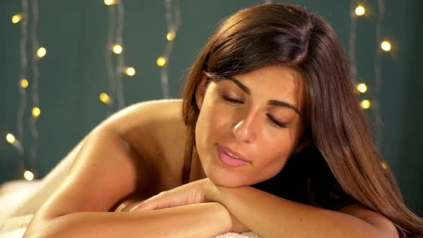 glückliche Frau im Wellnessbereich wartet auf entspannende Massage