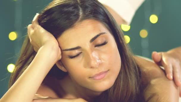 Glückliche Frau lächelnd in Spa Massage-retro-Stil erhalten
