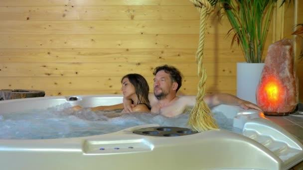 Muž a žena v jacuzzi v luxusních lázních