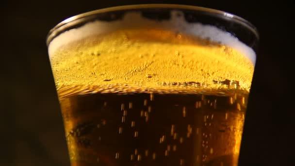 Nalil do sklenice pivo