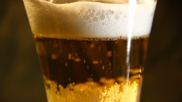 Bier in ein Glas mit Blase gegossen