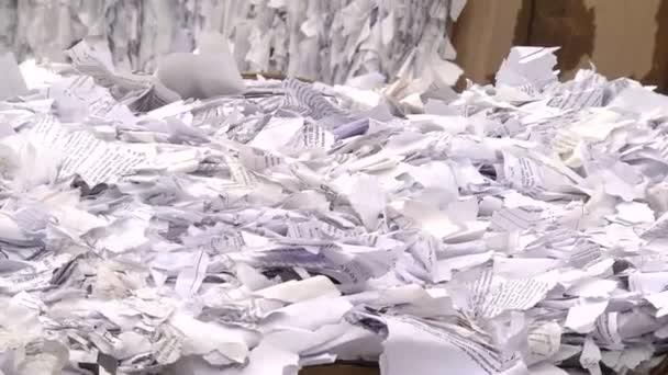 Drcený papír lisované a připravena k odeslání k recyklaci