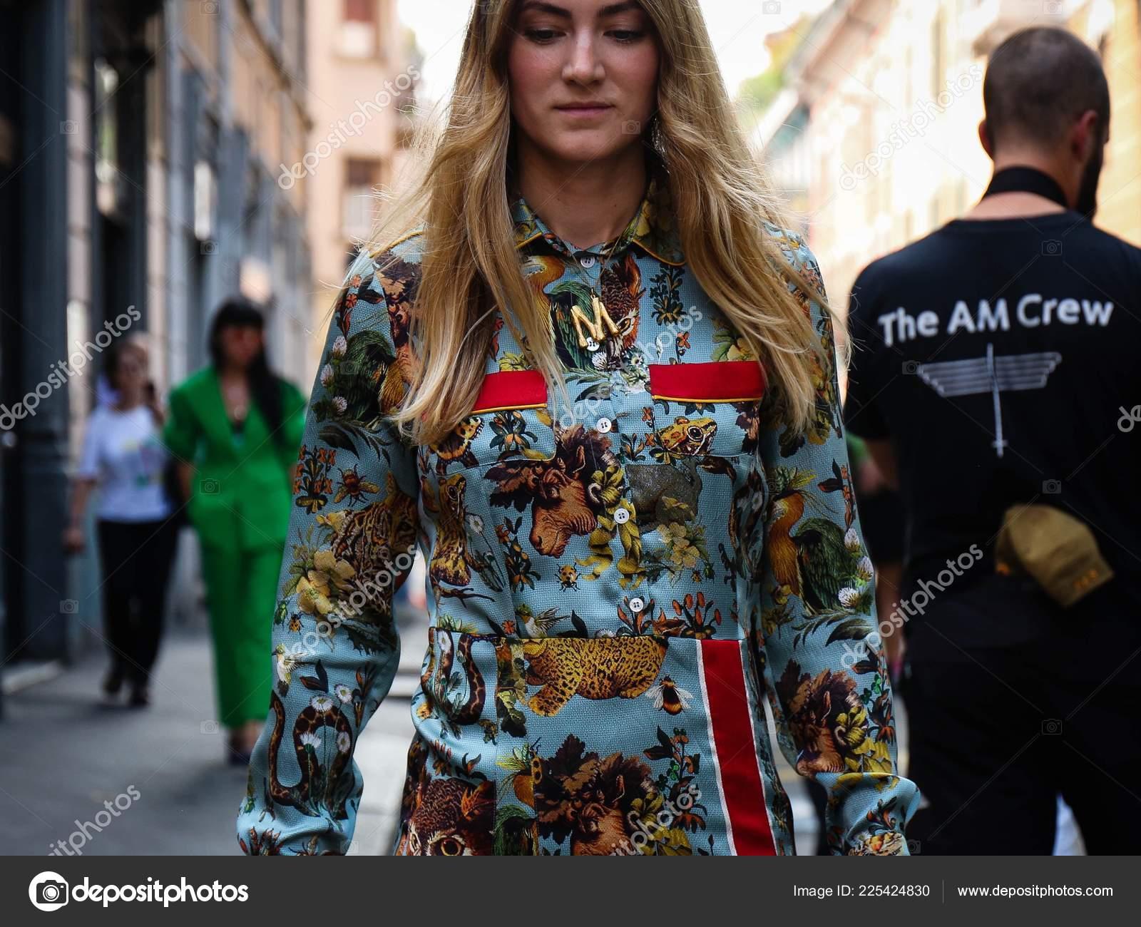 f1e92eee9eaa Μιλάνο Ιταλία Σεπτεμβρίου 2018 Γυναίκες Στο Δρόμο Κατά Διάρκεια Της —  Φωτογραφία Αρχείου