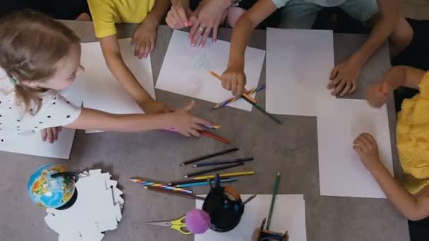 Felülnézet, egy csoport általános iskola óvoda a gyermekek véve ceruza megrajzolása rajzok egy tanár az osztályban rajz leckét