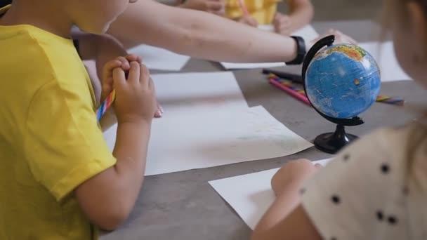 Un Gruppo Di Bambini E Un Insegnante Di Disegnare Su Carta Bianca