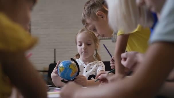 Děti kreslit pomocí tužky. Žáci s učitelem sedět u stolu uvnitř a nakreslete na bílém papíře s pastelkami. Lekce kreslení