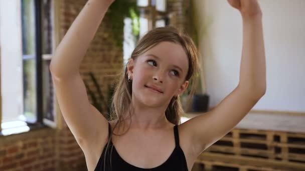Půvabná mladá baletka tance na baletní škole. Krásné dospívající dívka praxe klasického baletu pohybuje v tanečním sále