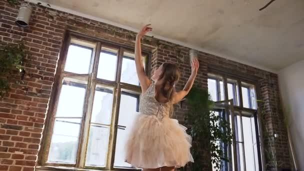 Baletka v tutu provést klasický balet tanec, trénuje elegantně v pointe baletky v ples školy. Půvabné okouzlující baletka cvičit baletní pohyby v podkroví tančírna