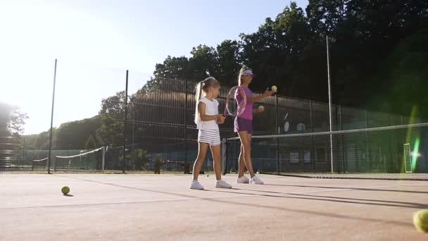 Atraktivní trenér dělat cvičení s holčičkou