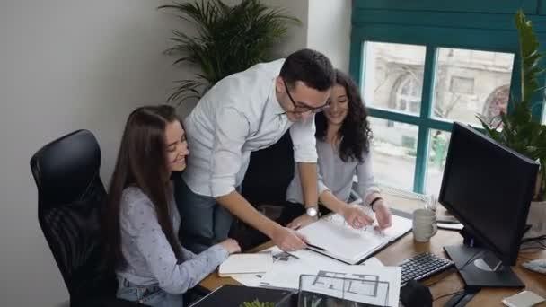 Pohled shora týmu mladých inženýrů o některé projektu na pozadí úřadu