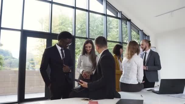 Úspěšní mladí mnohonárodnostní podnikatelé pracují v konferenční místnosti. Tým bankovní poradci, setkání zasedací místnosti města diskusi o budoucí finanční cíle. Obchodní, administrativní pracovníci, kteří pracují