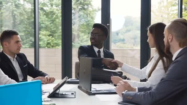 Setkání na konferenci skupiny úspěšné podnikání kolegů, kteří se třese rukou s rozhovor a výměnu znalostí finanční zprávy v kanceláři