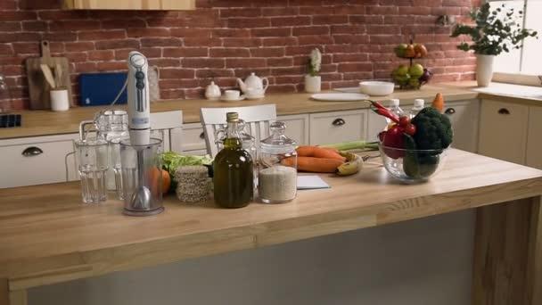 Dolly záběr potravin na stole v kuchyni.