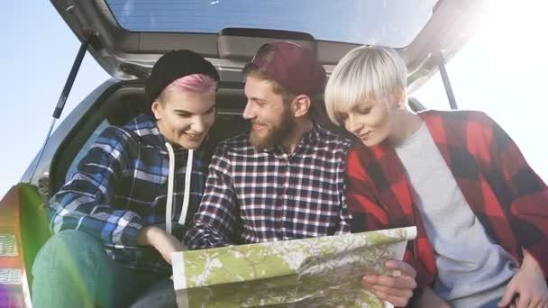 Zblízka střílel z dvou mladých žen a jednoho muže pomocí mapy pro hledání správné cestě při posezení v kufru auta.