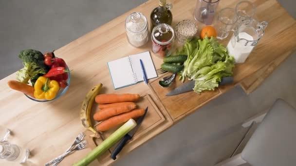 Draufsicht von Obst und Gemüse auf Holztisch in der Küche zu Hause. Ausgewogene Ernährung, Diät Kochen und gesunden Lebensstil