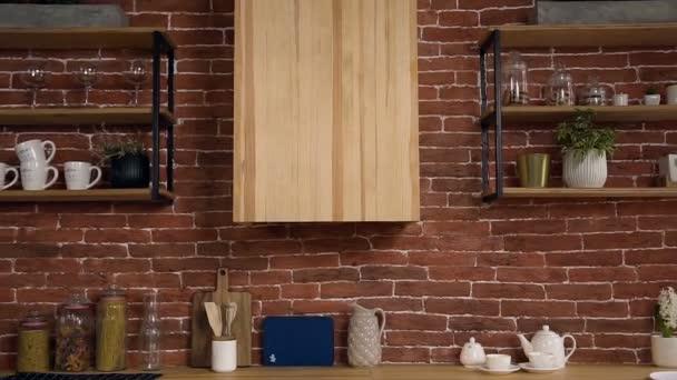 Zeleninu v míse a ovoce na dřevěný stůl v moderní domácí kuchyně. Vyvážené jídlo dietní a zdravý životní styl. Dolly zastřelil