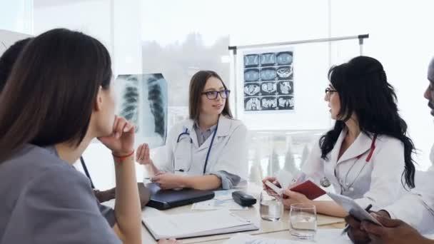 Gruppe qualifizierter Ärzte analysieren Röntgenbilder der Lungen von Patienten. Gesundheits- und medizinisches Konzept