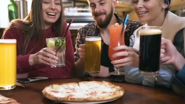 Öt boldog barátok csengő szemüveg sör és koktélok bár, pub.