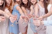 Fotografie fröhliche Mädchen, die auf der Party Spaß mit Champagner haben. Konzept des Nachtlebens, Junggesellenabschied, Junggesellenabschied, Polterabend, Menschen feiern