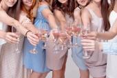Fotografie Glückliches Mädchen, die Spaß mit Champagner auf Party trinken. Konzept der Nachtleben, Junggesellenabschied, Polterabend, feiern Menschen
