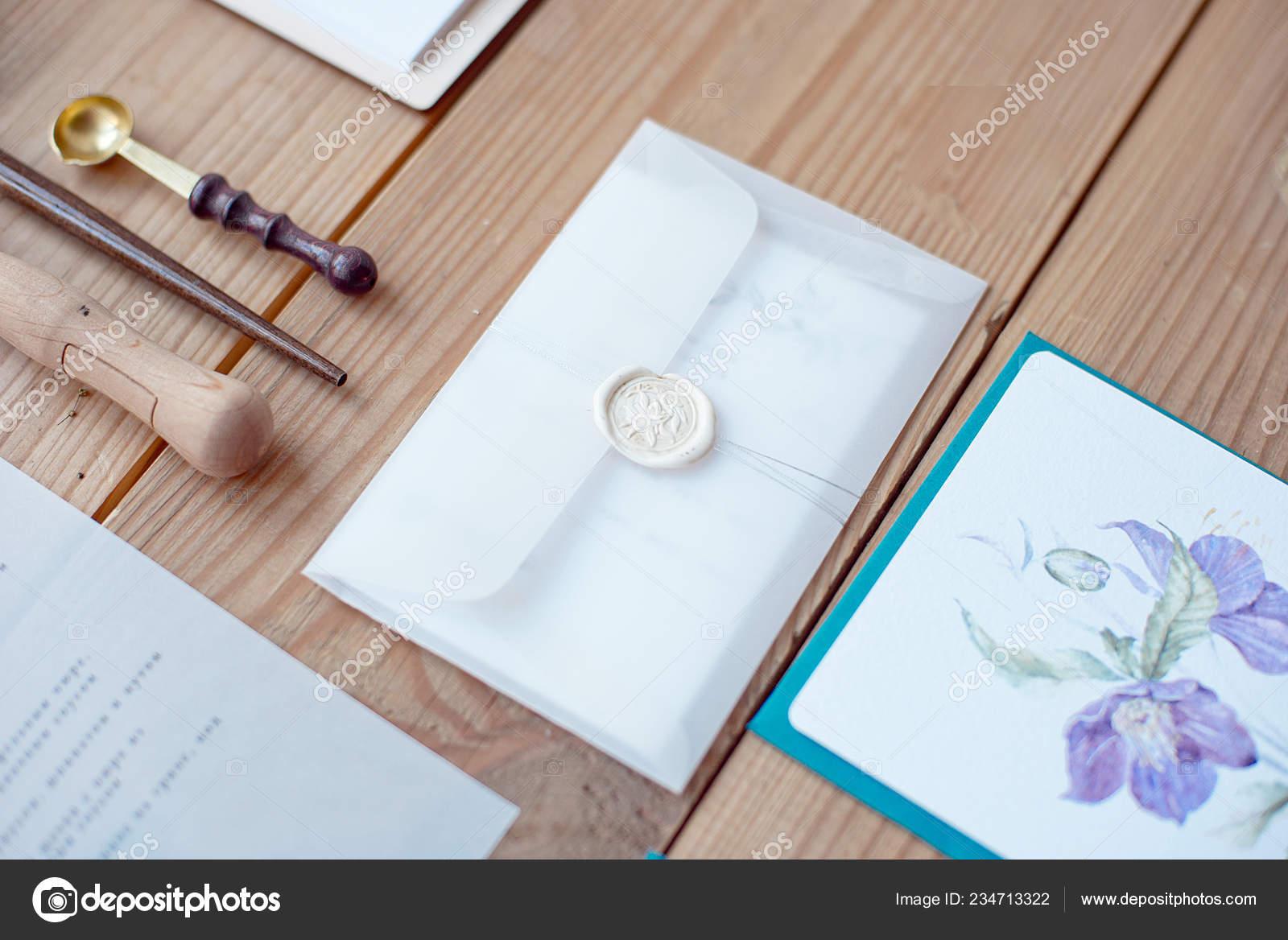 bcaa3717a8 Esküvői Meghívó Boríték Csipke Kártyák Kalligráfia Eszközök Fából Készült  Padló– stock kép