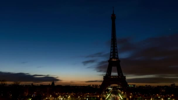 Oblačné slunce nad Eiiffelskou věží v zimě-Paříž