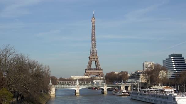 Provoz na železniční most Pont Rouelle s Eiffelovou věží v pozadí - Paříž, Francie