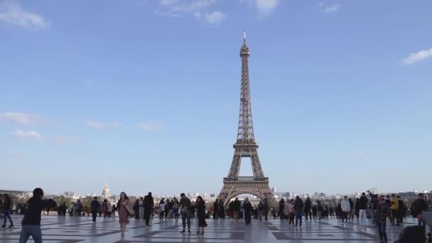 Lidé, kteří chodí na náměstí Trocadero před Eiffelovou věží-Paříž, Francie