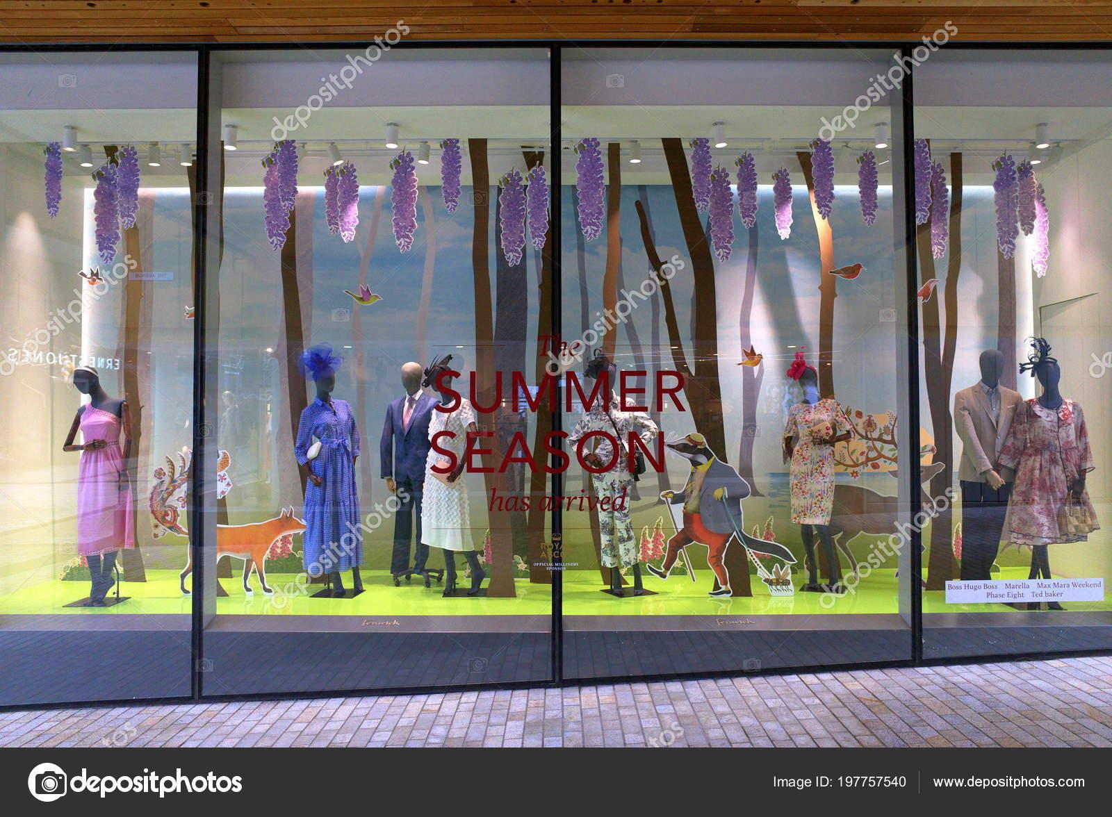 7988ed6554e661 Mai 2018: Formale Sommer Modekleidung für die Royal Ascot Racing Week in  die Schaufenster des Kaufhauses Fenwick in Bracknell, England — Foto von ...