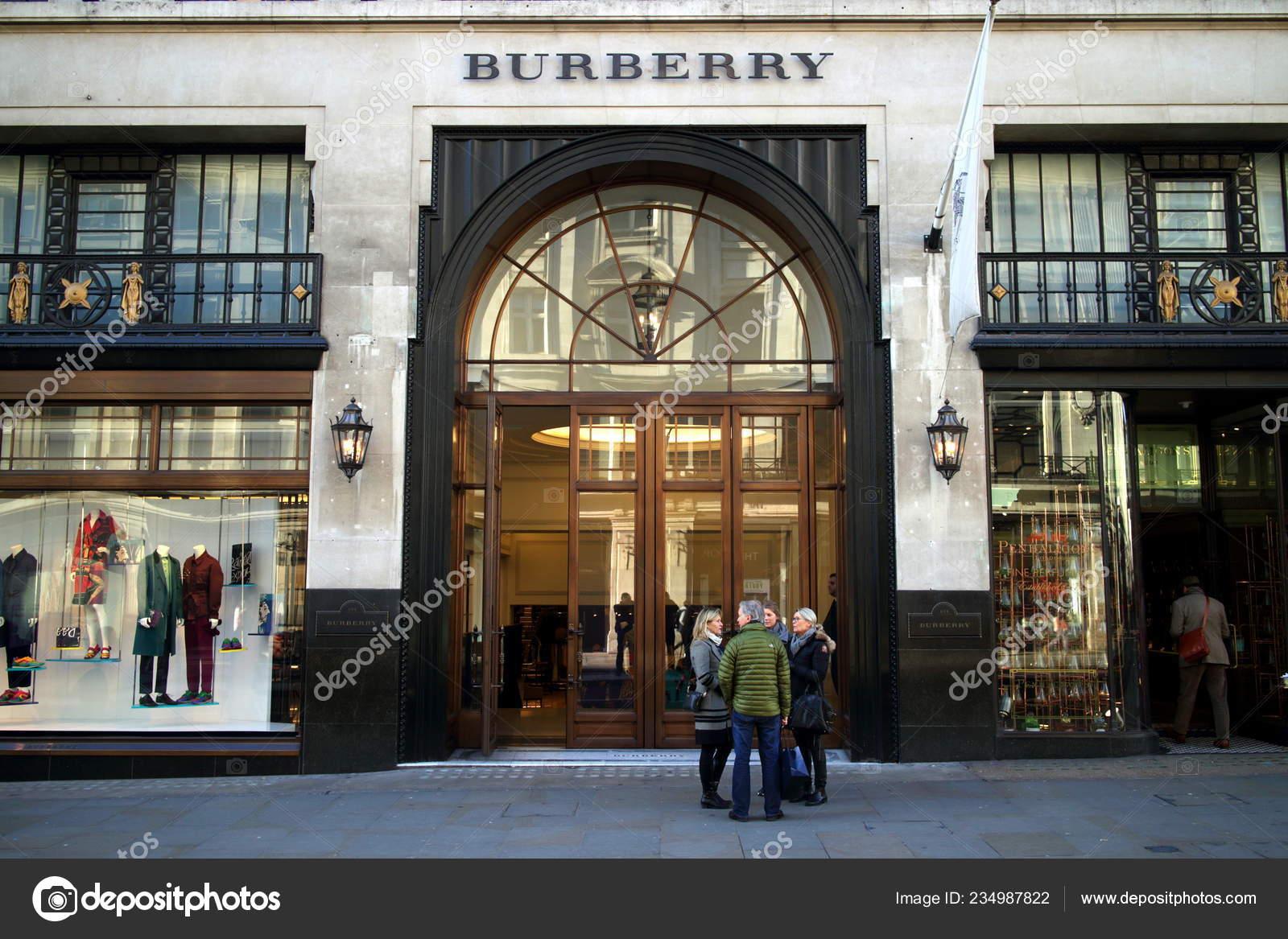 2a37ca876 Лондон, Англия - 24 января 2015: Люди перед флагманский магазин Burberry в  Риджент-стрит, Лондон. Бренд был основан в 1856 году Томасом Барберри —  Фото ...