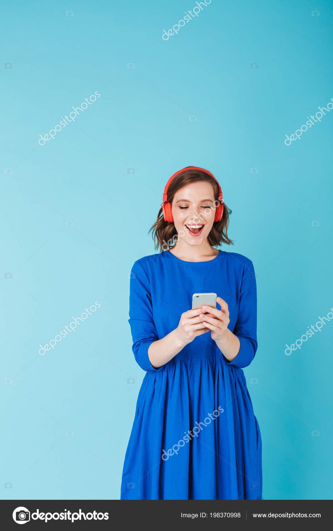 1b3030b95 Retrato Joven Hermosa Vestido Azul Escuchar Música Auriculares Mientras  Esté — Foto de Stock