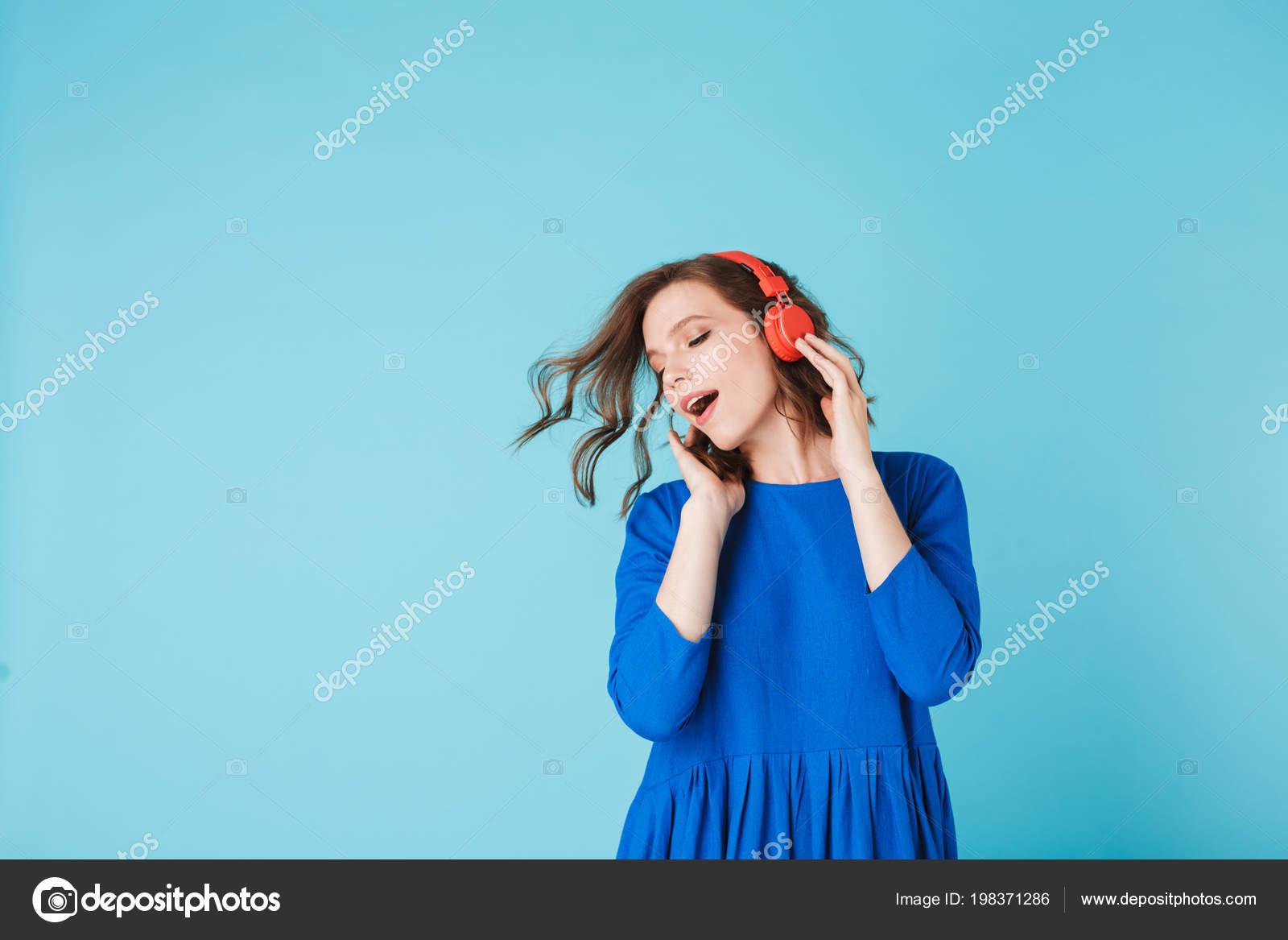 64b55fba0 Retrato Joven Dama Bonita Vestido Azul Bailando Mientras Escucha Música —  Foto de Stock
