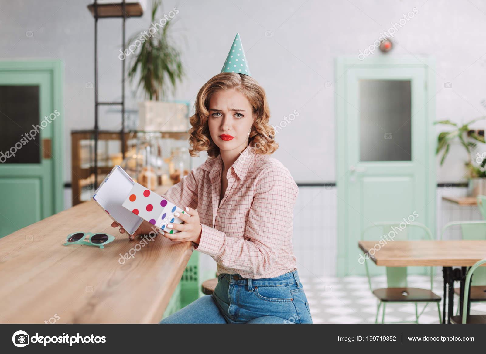 Jonge Dame Verjaardag Glb Zitten Aan Bar Counter Met Huidige