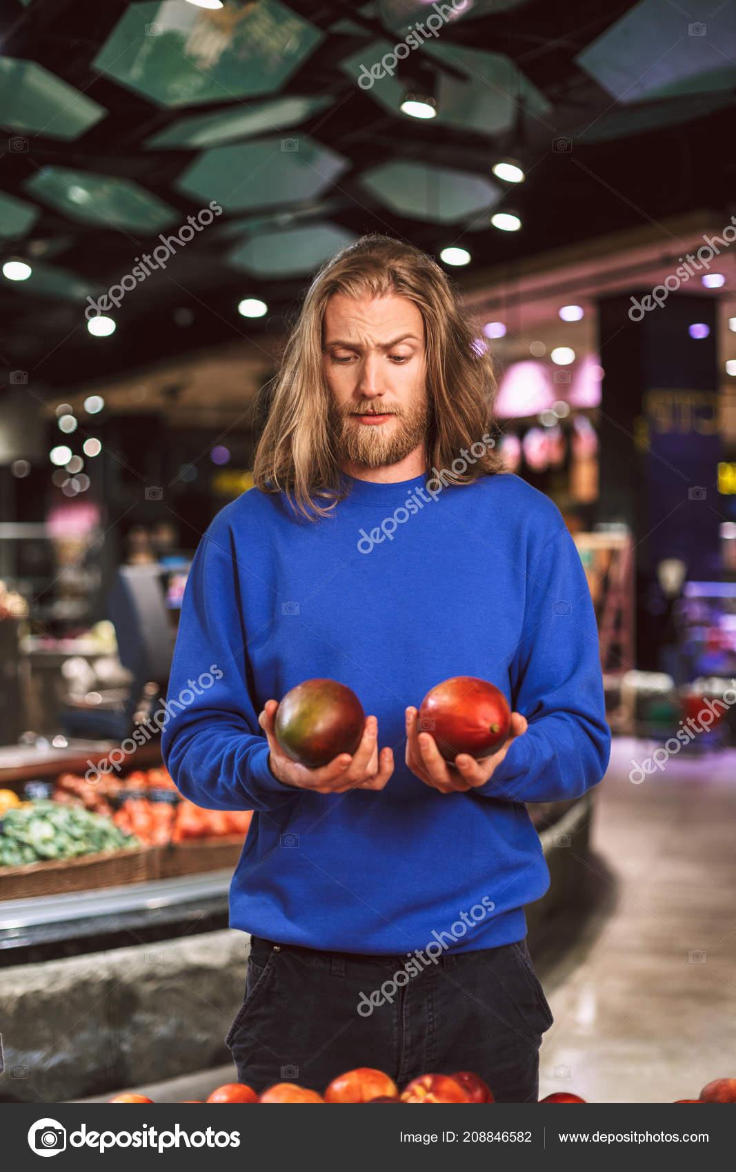 Mango Trui.Jonge Man Donker Blauwe Trui Zorgvuldig Zoek Mango Hand Moderne