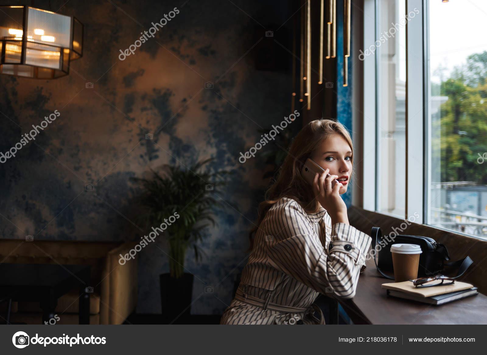 Belle Jeune Femme Trench Coat Rayé Parler Téléphone Portable