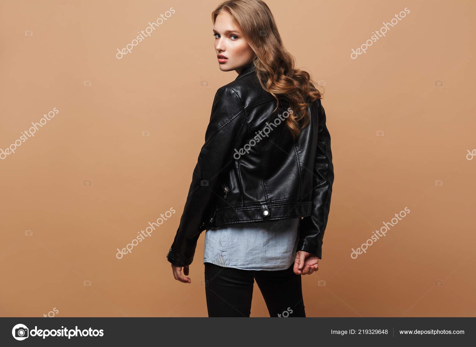 Mujer Hermosa Joven Con Pelo Ondulado Chaqueta Cuero Negro
