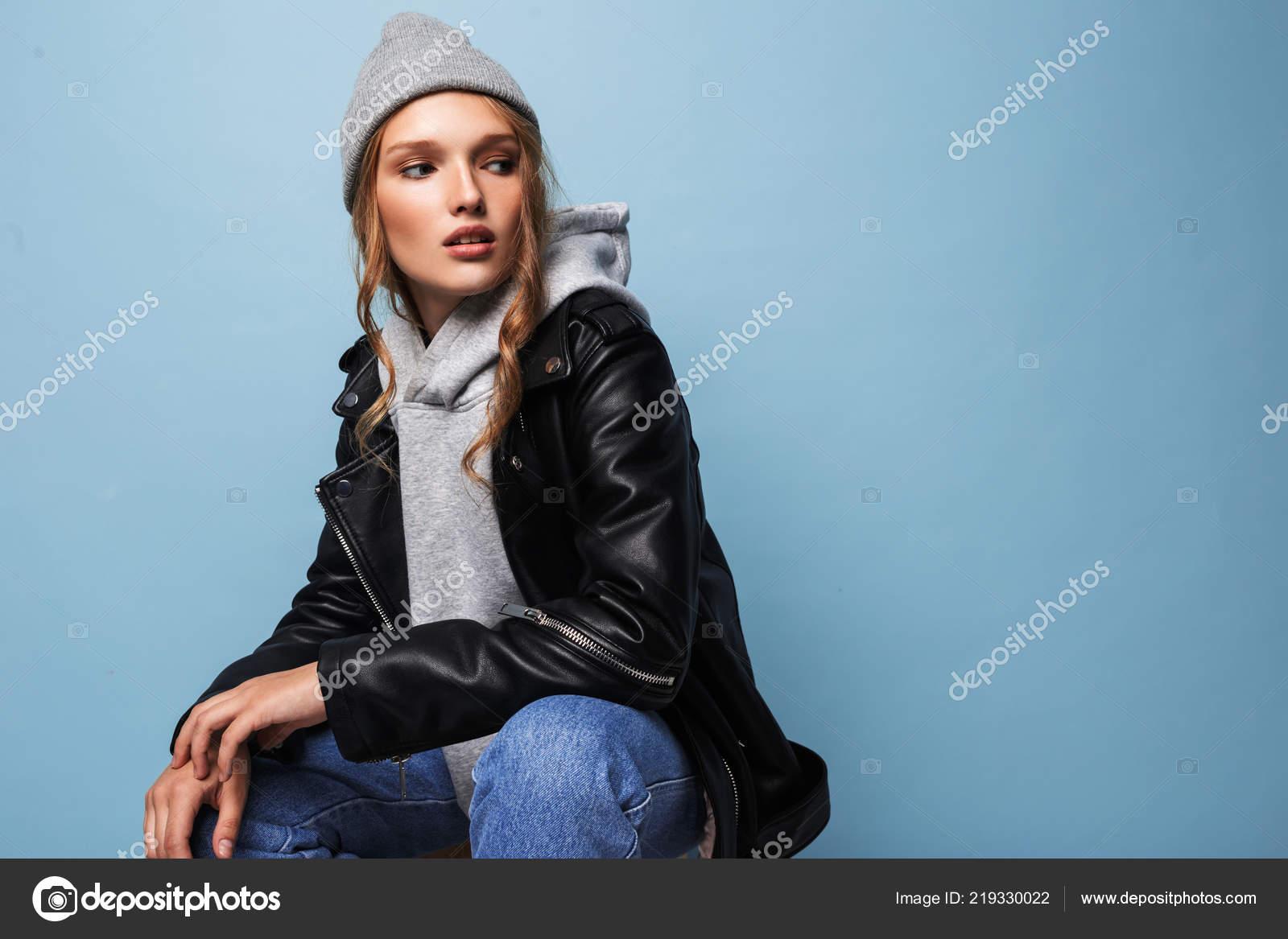 Mujer Hermosa Joven Con Pelo Ondulado Cuero Negro Sombrero