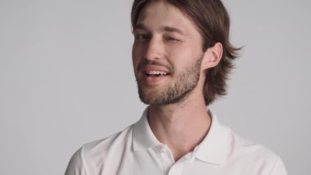 Atraktivní sebevědomý chlap, který vám rád ukazuje gesto a mrká na izolovanou kameru. Jako tvůj výraz