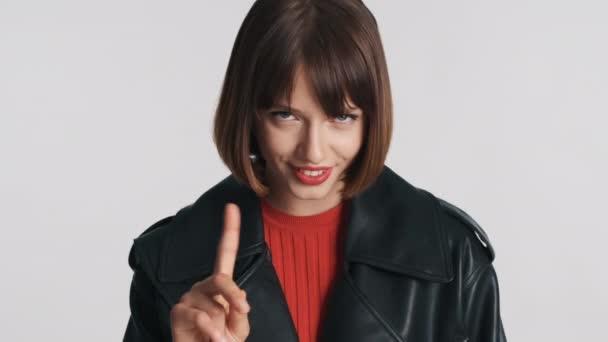 Krásná brunetka dívka s bob vlasy a červené rty ukazující žádné gesto s lstivým pohledem izolované na bílém pozadí